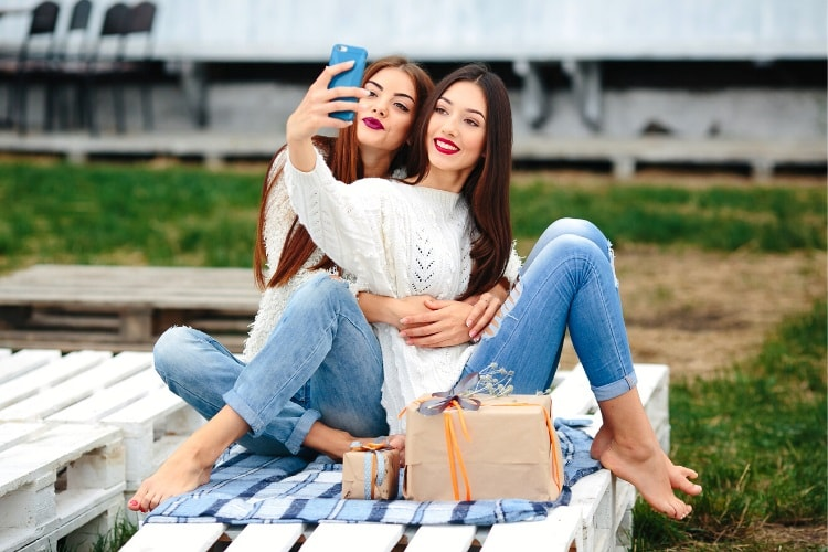 Uncomfortable Instagram selfie pose